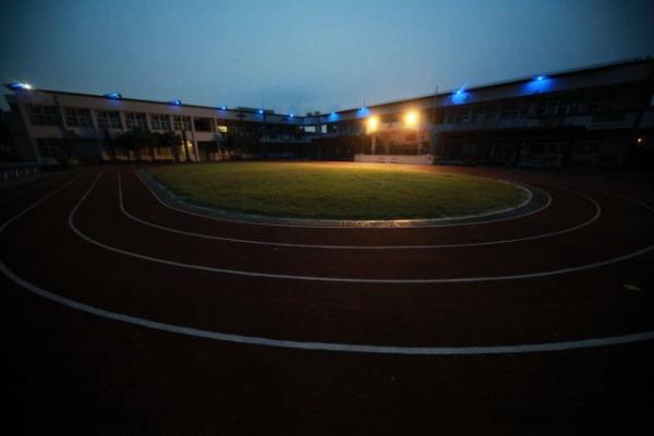 夜晚的小學操場