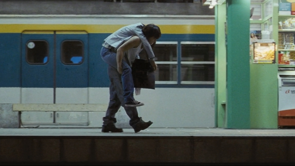 《我的野蠻女友》在火車月台上